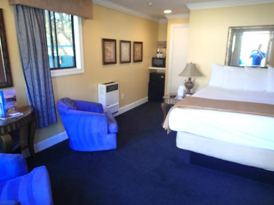 Sea Breeze Inn & Cottages: Bed and Room