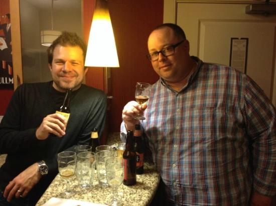 Residence Inn Arlington Courthouse: Enjoying Beers in the Kitchen Area!