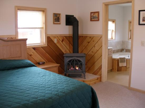 Blue Highway Motorcycle Lodge : King bed and fireplace