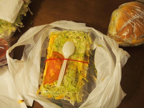 King Tacos Yono : タコライスチーズ野菜と、奥のはチーズバーガー。 ものっすごいボリューム! タコライスは、女性は2人で分けてちょうどいいと思います。