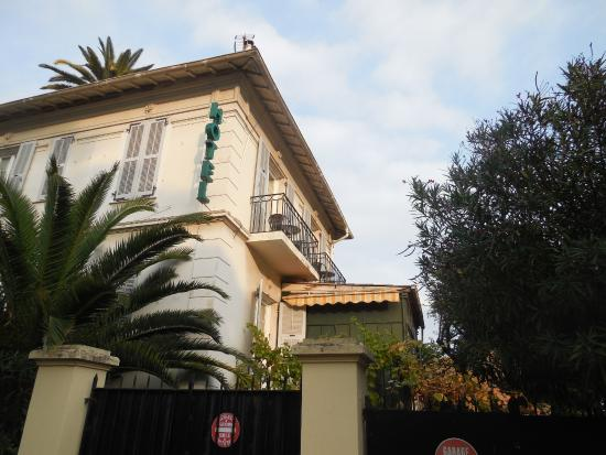 Hotel Villa les Cygnes : View from street