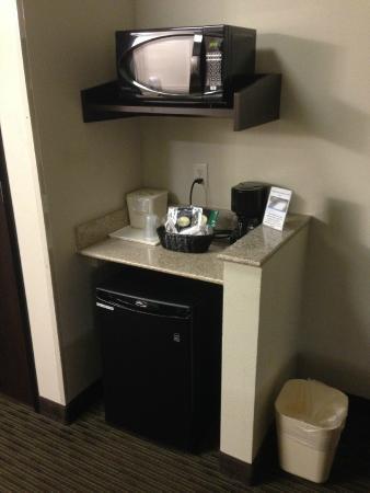 Comfort Inn & Suites Oklahoma City West - I-40: Fridge and microwave