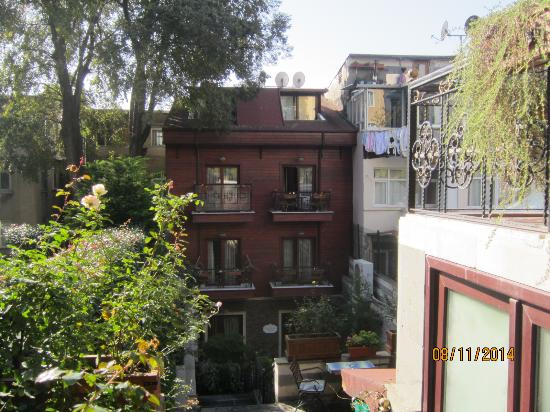 Rose Garden Suites Istanbul: Rooms on courtyard side