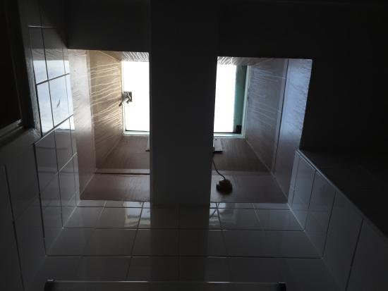 Ambassadors Hotel: Окно в крыше, в ванной комнате номера на 6-этаже. При этом радиатор отопления в ванной не работа