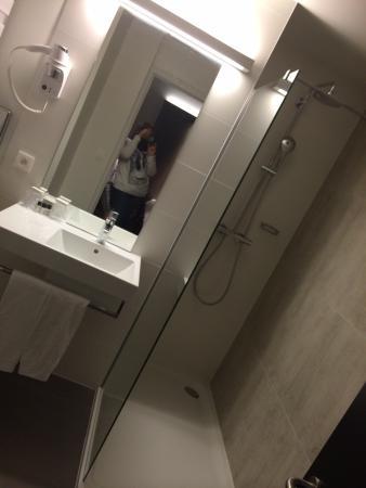 The Lodge Vilvoorde : Salle de bain avec énorme douche