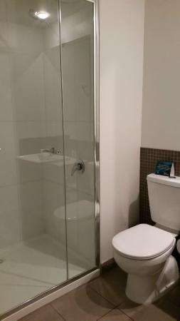 Quest Dubbo: Bathroom