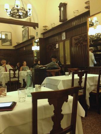 Nino : За конторкой хозяйка читает газету. Тут всё очень по-итальяснки. Как в кино 60-ых :-)