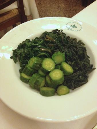 Nino : Сезонные овощи. Зеленые листовые овощи и бамия.