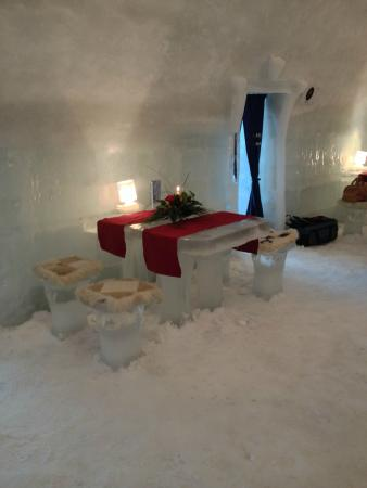 Ice Hotel Romania: Amazing food served on ice tables and ice plates