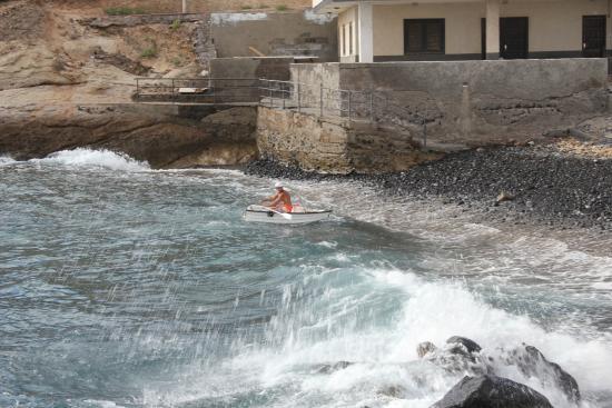 "Parque Nacional La Caleta: Fisherman ""rides the waves"""