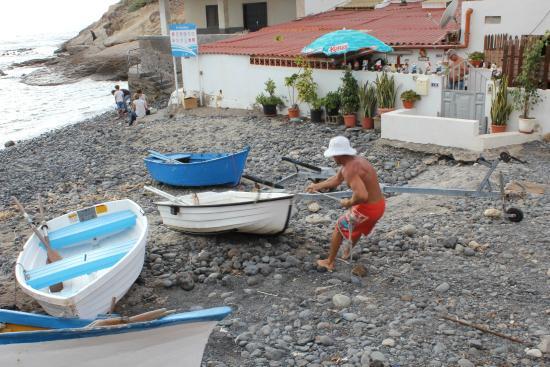 Parque Nacional La Caleta: Fisherman pulling his boat up the beach