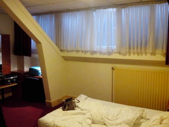 Crown Inn: Camera 106, interno. Le finestre si aprono (parzialmente) su un muro a pochi cm