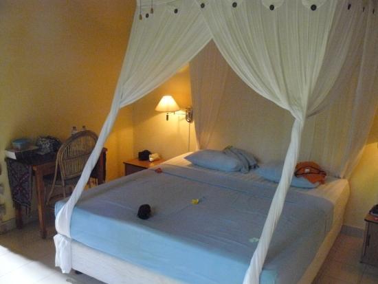 Sawah Lovina Bungalows: bed bungalow nr.3