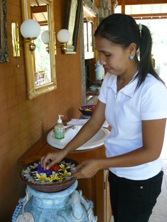 Sawah Lovina Bungalows: bloemenschaal wordt iedere morgen opgemaakt