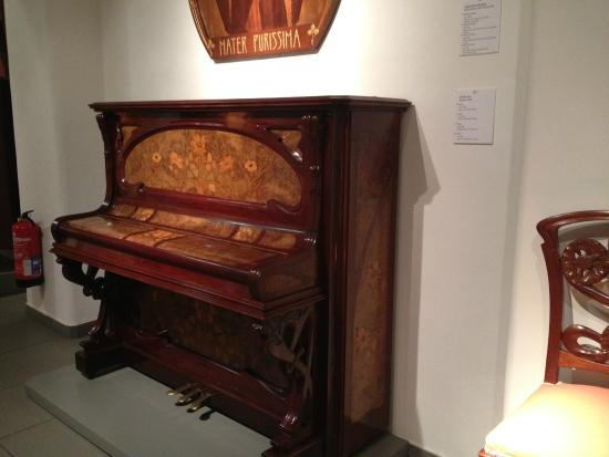 Museum of Modernism : Piano com marcheteria
