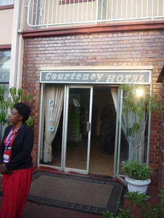 Courteney Hotel: Entry