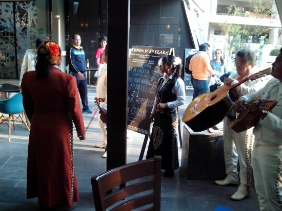 Fonda de Santa Clara: Música de maríachi después de las 17:00 hs