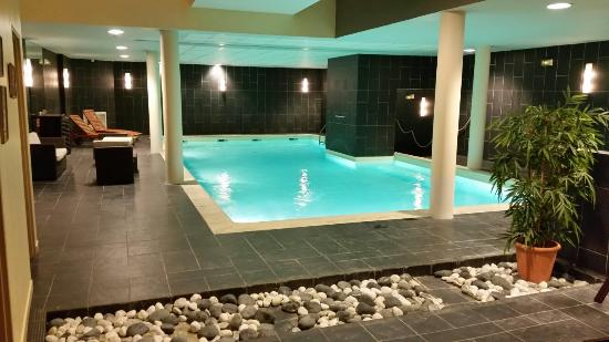 Belle piscine int rieure avec une eau tr s agr able for Belle piscine paris
