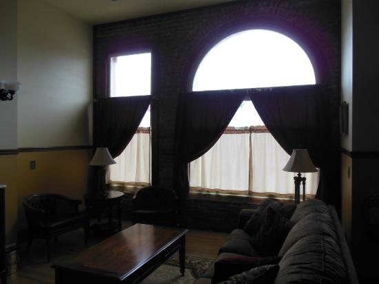 Andor Wenneson Inn: The arched front window of Pengers Vault bank building