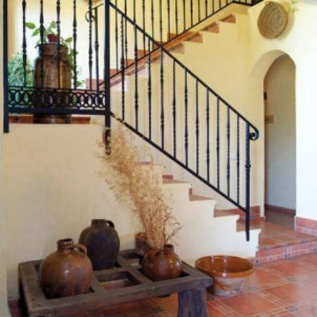 Entrada de la casa y escalera que sube a las habitaciones for Escaleras entrada casa