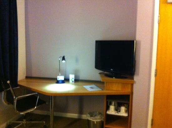 Holiday Inn Express London - Chingford - North Circular: TV and table