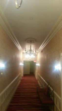 Roberts Riverwalk Hotel Detroit : 1st floor hallway leading to our room