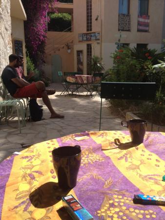 Villa Saint Exupery Gardens Hostel: L'agréable coin terrasse et jardin