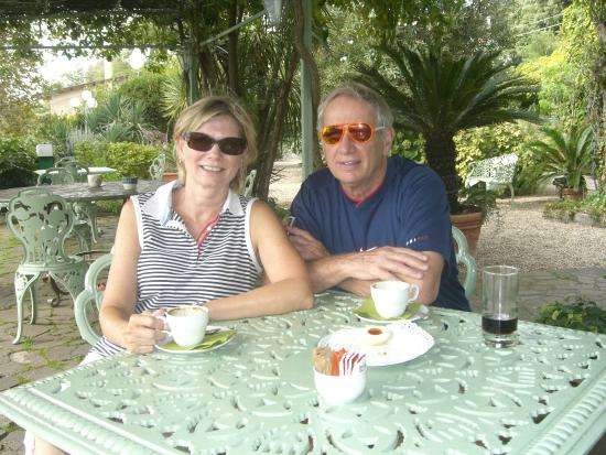 Hotel la Culla del Lago: enjoying coffee and biscuits in the garden.