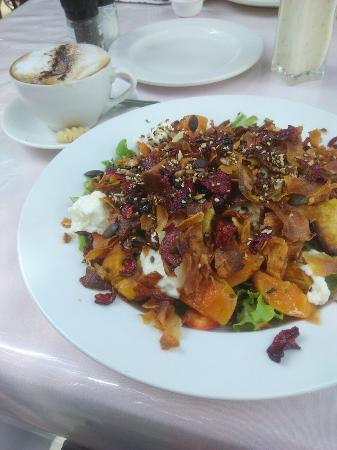 Lark Cafe: Delicious salad and iced coffee