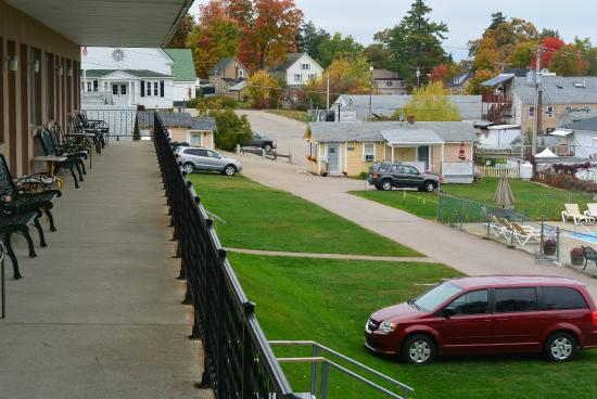 Half Moon Motel & Cottages: View of Motel Grounds from Upper Floor