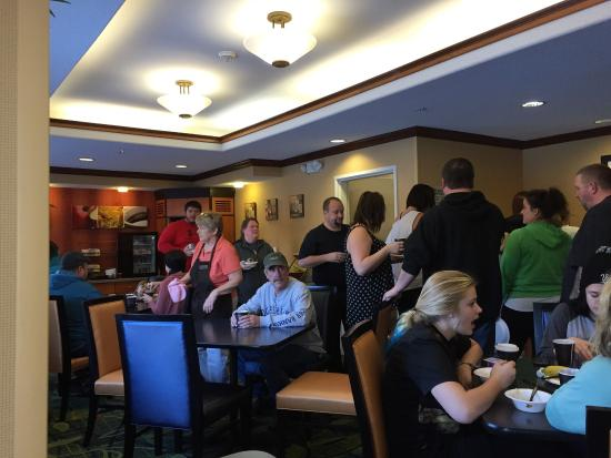 Fairfield Inn & Suites Minneapolis-St. Paul Airport: Busy breakfast area