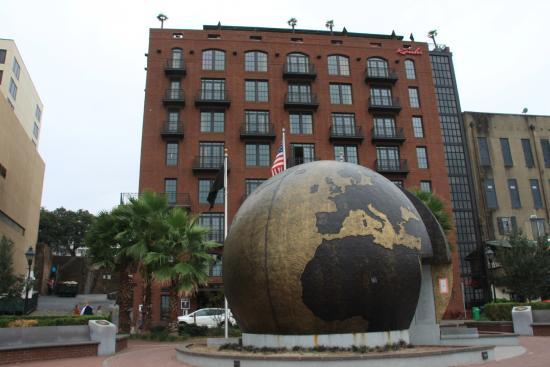 River Street Savannah: World War memorial on River Street