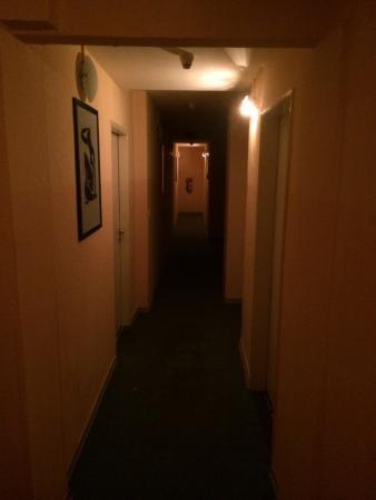Alper Hotel am Potsdamer Platz: The hallway to the room.