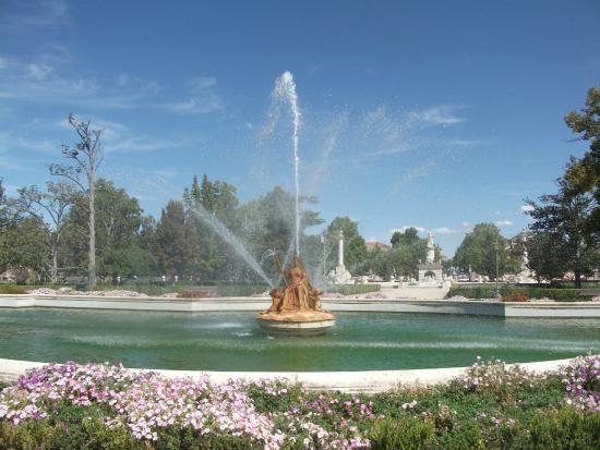 Hotel Jardín de Aranjuez: one of the many fountains in the palace