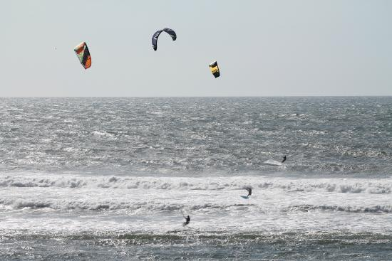Westshore Oceanfront Motel : Kite surfing directly in front of the motel