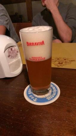 Birreria Napoleone: Birra piccola (0,25) servita in uno da 0,5...splendida presentazione!!!