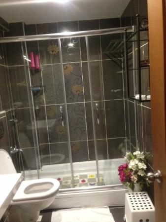 Blisstanbul Suites & Hotel : Clean and ultra-modern bathroom