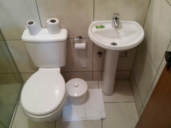Banheiro, pia e vaso  Foto de Hotel Valler, Lajeado  TripAdvisor -> Pia De Canto Para Banheiro Pequeno