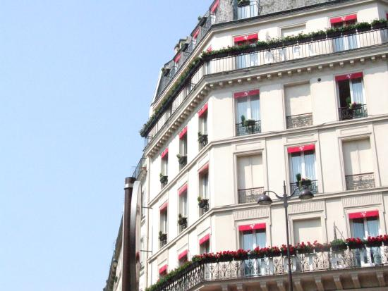 Hotel Au Royal Cardinal: Наши уютные окна.