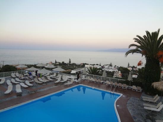 Hersonissos Village Hotel : Вид на бассейн и море