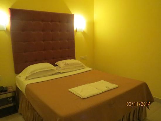 Hotel Rhishabh: Bed room