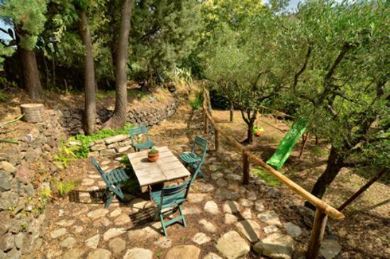 Il giardino roccioso foto di agriturismo etna mare - Il giardino roccioso ...
