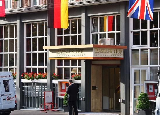 Baseler Hof: Devant l'hôtel, rue animée