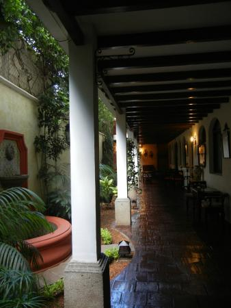 Casa Florencia Hotel: The lower level leading to a sitting area past a pretty tiled fountain