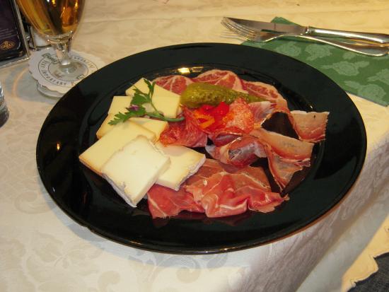 Pizzeria Restaurant Da Arnold's: Piatto di affettati misti di formaggi e salumi