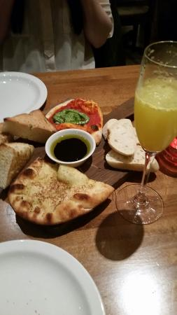Villagio Restaurant: Sharing bread board