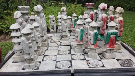 Maison Souvannaphoum Hotel: mesa de xadrez no jardim.