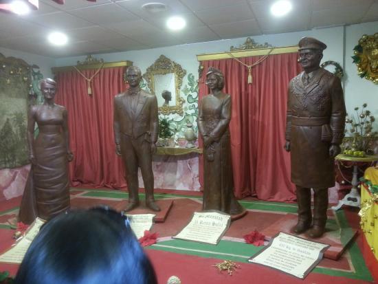 Galleros Artesanos : familia real de chocolate