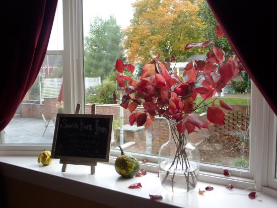 South Fork Inn Bed & Breakfast : fall leaves in a vase - so simple, so beautiful
