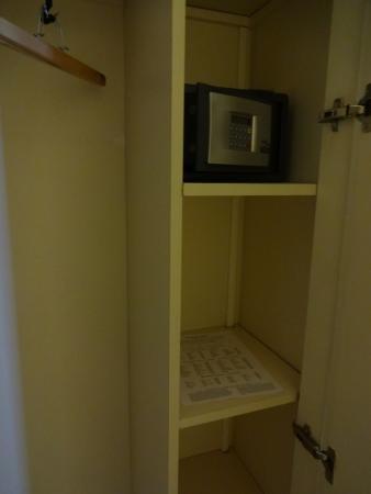 Acacias Etoile Hotel: Safe in the closet